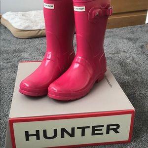 Bright pink short gloss Hunter rain boots